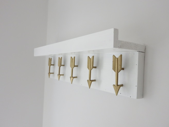 Arrow picture shelf